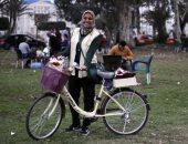 فيديو وصور.. يا ورد مين يشتريك.. دراجة ياسمين معرض زهور متنقل بشوارع الإسماعيلية