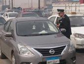 المرور: توزيع كتيبات للتوعية ضد أخطار انفجار الإطارات على الطرق