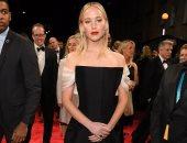 صور.. جينيفر لورانس بوجه عابس على السجادة الحمراء لـ BAFTA