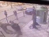 """فيديو.. أمين شرطة ينقذ طفلا عقب سقوطه من """"بلكونة"""" منزله فى أسيوط"""