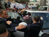 """صور.. عمال النظافة فى غزة يعتدون على سفير """"تميم"""" ويمزقون علم قطر"""
