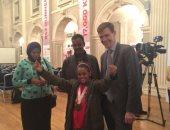 """السفير البريطانى يهدى الطفلة مروة """"بائعة المناديل"""" بجائزة أكثر مصرية ملهمة"""