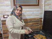 فيديو وصور.. لوجين تقهر البطالة من مطبخ منزلها بالمنوفية وتوفر 8 فرص عمل لشباب
