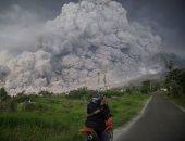 رماد ساخن يغطى منازل سومطرة بإندونيسيا بعد ثوران بركان جبل سينابونج