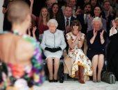 صور.. ملكة بريطانيا تحضر بشكل مفاجئ عرض أزياء بلندن