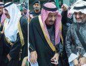 صور.. الوليد بن طلال يظهر بجانب الملك سلمان لأول مرة بعد الإفراج عنه