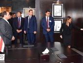 السيسي يتفقد مركز المستثمرين ويستمع لشرح آليات العمل من وزيرة الاستثمار (صور)