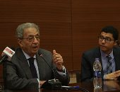 """عمرو موسى لطلاب الجامعة الأمريكية: عدو مصر برأسين """"الفقر والبيروقراطية"""" (صور)"""