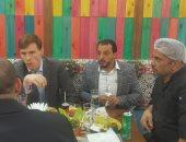 فيديو وصور.. السفير البريطانى يتناول الغداء بأحد مطاعم الشاورما بـ6 أكتوبر