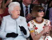 صور.. الملكة اليزابيث خلال عرض أزياء فى لندن: نتميز بتصاميم مبتكرة