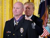 صور.. الرئيس الأمريكى يمنح أفراد من الشرطة أوسمة السلامة بالبيت الأبيض