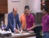 """شاهد عمرو أديب يصنع """"فطيرة شرقى"""" على الهواء مباشرة"""