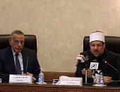 فيديو وصور.. وزير الأوقاف يسلم محافظ الجيزة 500 بطانية و150 ديسك لتوزيعها على القرى