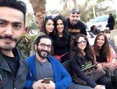 تامر حسنى ينشر صورة مع أحمد حلمى ومنى زكى وياسمين عبد العزيز.. ويعلق يوم عائلى