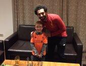 محمد صلاح يحقق أمنية طفل إنجليزى ويهديه قميص ليفربول