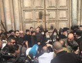 المصلون يتوافدون على كنيسة القيامة فى القدس للاحتفال بسبت النور
