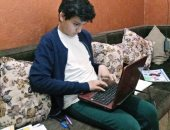 صور وفيديو.. قصة طفل بالمنوفية يكتب كتيبات ومثله الأعلى نجيب محفوظ ومصطفى محمود