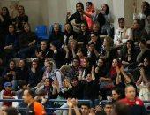 صور.. السلطات الإيرانية تسمح للمرأة بالدخول إلى الملعب لمشاهدة مباراة السلة