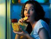 متلازمة الأكل الليلى.. لماذا تستيقظ من النوم لتناول الطعام