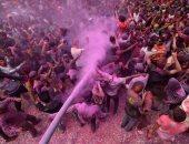 صور.. موف.. أحمر.. أزرق.. بهجة وفرحة مع انطلاق مهرجان الألوان فى الهند