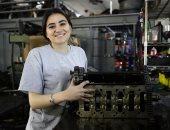 """صور.. الأسطى رنا """"جميلة لبنان"""" تتحدى التقاليد وتعمل ميكانيكى سيارات"""
