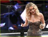 """صور.. """"كأس النبيذ"""" لا يفارق يد جينفر لورانس فى حفل الأوسكار"""