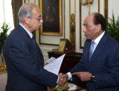 صور.. فريد خميس يسلم رئيس الوزراء 20 مليون جنيه من إجمالى 100 مليون لتنمية سيناء