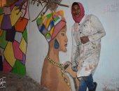 صور.. حكاية فتاة نوبية ترسم تراثها على جدران شوارع الإسكندرية بفحم الشيشة