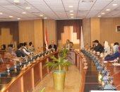 رئيس جامعة المنصورة يجتمع بأعضاء مجلس معاونيه
