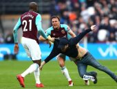 صور.. مشجعون يقتحمون ملعب مباراة وستهام وبيرنلى بالدورى الإنجليزى