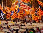 صور.. عشرات آلاف المتظاهرين فى برشلونة من أجل استقلال إقليم كتالونيا