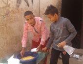 فيديو وصور.. قصة طالبين شقيقين يبيعان الترمس للإنفاق على والدتهما المريضة بسوهاج