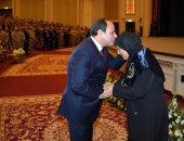 فيديو وصور.. الرئيس السيسى يكرم أسر الشهداء فى الندوة التثقيفية للقوات المسلحة