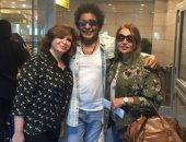 ليلى علوى تنشر صورة لها من مطار القاهرة بصحبة محمد منير وإلهام شاهين