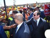 فيديو.. عمال شرق بورسعيد يلتقطون صورا تذكارية مع الرئيس ويرددون الهتافات المؤيدة  (صور)