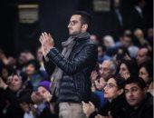 محمد الشرنوبى يقف تقديرا للموسيقار عمر خيرت أثناء حفله بالتجمع الخامس
