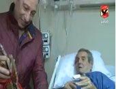 """فيديو.. الخطيب يكرم عادل هيكل فى المستشفى ويهديه درع """"الأهلى فوق الجميع"""""""