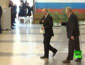فيديو.. رئيس المركز الانتخابى فى موسكو يحرج بوتين ويرفض قبول قلم التصويت