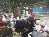 صور.. سفر 300 معتمر من مطار القاهرة إلى الأراضى المقدسة