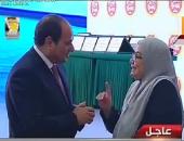 السيسي يمنح وسام الكمال للأم المثالية لذوى الاحتياجات الخاصة بالسويس