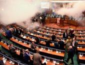 صور.. المعارضة فى كوسوفو تطلق قنبلة مسيلة للدموع داخل البرلمان