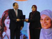 صور.. الرئيس السيسي يكرم نماذج مشرفة للمرأة المصرية فى مختلف المجالات