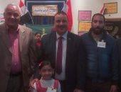 """وكيل تعليم القليوبية يكرم الطالبة صاحبة لوحة """"انزل وشارك من أجل مصر"""""""