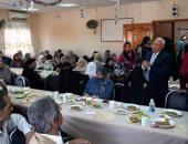 محافظ بورسعيد يشارك نزلاء دار المسنين الاحتفال بعيد الأم