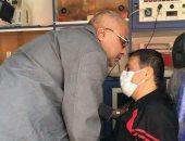 صور.. أسير فلسطينى يغادر غزة لتلقى العلاج فى القاهرة