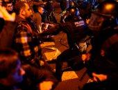 صور.. اشتباكات عنيفة بين الشرطة الإسبانية ومحتجين فى برشلونة