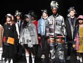 بأكمام طويلة وبرنيطة.. عرض أزياء يابانى فى أسبوع الموضة بطوكيو لخريف وشتاء 2018
