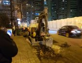 بالصور.. إصلاح شارع المعسكر الرومانى بعد رفع مخلفات حادث التفجير بالإسكندرية