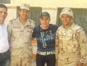 أحمد السقا يشارك فى الانتخابات ويلتقط صورا مع رجال الجيش والشرطة