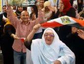 """فيديو.. عجوز تحتفل رقصا على أنغام """"تسلم الأيادى"""" أمام لجنة بالأميرية"""